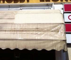 Lavaggio tende da sole con pulizie vetri incluso