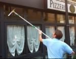 Pulizia vetri regolare di negozi, bar e ristoranti